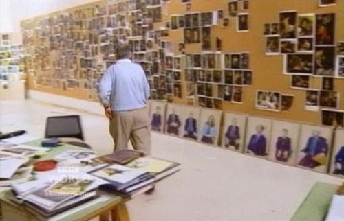 В своей студии Хокни вместе со своей командой развесил по стенам сотни репродукций картин, созданных на протяжении веков